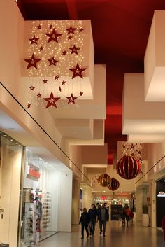 Christmas project by Globall concept - Centro Conè (Italy) Christmas Ceiling Decorations, Christmas Chandelier Decor, Centerpiece Decorations, Christmas Store, Noel Christmas, Christmas Crafts For Kids, Christmas Ornaments, Christmas Aesthetic, Advent