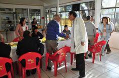 El Dr. Osvaldo Salgado, Director del SSMS, saluda a cada uno de los festejados en la Dirección de Servicio.
