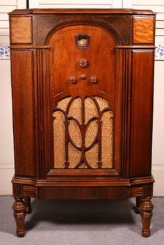 Photos and commentary for the Philco model 90 lowboy radio from the 1932 model year. Vintage Wood, Vintage Antiques, Antique Radio Cabinet, Radio Record Player, Radio Wave, Old Time Radio, Retro Radios, Art Deco Home, Antique Clocks