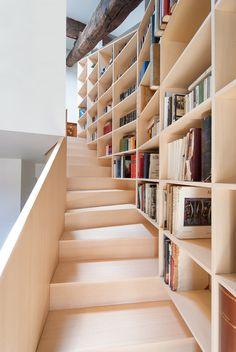 【寛ぎの空間にも】ゆるい階段の脇の作り付け巨大本棚 | 住宅デザイン