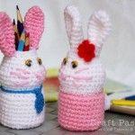 Conejo en crochet con botella de plástico pequeña