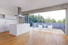 Küche und Essplatz haben einen eigenen Balkon nach Südwesten. Von hier kann man auch das Grundstück betreten   Berschneider + Berschneider ©Erich Spahn, Regensburg