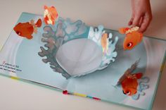 Leon the chameleon searches for his colour - Nina Caniac 3d Paper Crafts, Diy Arts And Crafts, Paper Toys, Book Crafts, Diy Crafts, Arte Pop Up, Libros Pop-up, Kirigami, Paper Engineering
