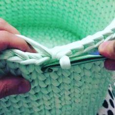 Meninas pra quem tem dúvida do ponto baixo centrado , olhem ai bem de pertinho 🌼🌼 Vídeo @elifonderkav #crochetando #crocheteiras #videoaula…