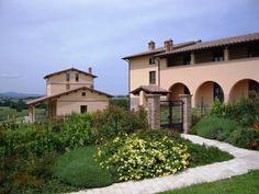 Complesso residenziale BORGO CARDETO, San Martino in Colle, Perugia, ITALIA. Edifici di qualità nel verde delle colline Umbre con Piscina e giardini privati.