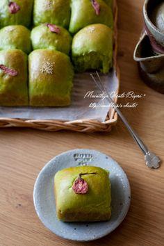 Japanese Matcha Anpan Sweet Buns with Red Bean Paste Filling 抹茶あんぱん