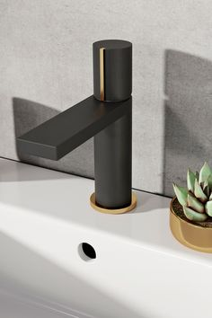 This black and gold basin tap is absolutely stunning! This black tap is right on trend and the gold tap trim makes it perfect for a luxurious bathroom 👌