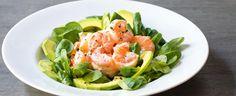 Prvních sedm ingrediencí našlehejte v misce. Pak přidejte krevety. Do malých pohárků nebo na talíře rozdělte polníček a plátky avokáda, navrch dejte...