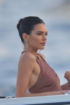 What jet-set jewelry to wear on a yacht this summer? # Listed& - Quels bijoux jet-set porter sur un yacht cet été ? What jet-set jewelry to wea - Kendall Jenner Outfits, Kendall Jenner Make Up, Looks Kylie Jenner, Kendall Jenner Icons, Kendall Jenner Selfie, Khloe Kardashian, Kardashian Kollection, Kendalll Jenner, Kris Jenner