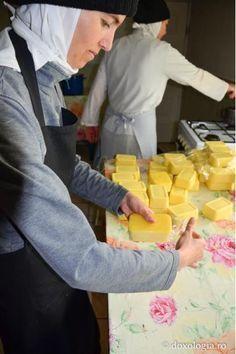 Reţeta de caşcaval de la Mănăstirea Războieni | In Bucatarie Mozzarella, Cooking Cheese, Good Food, Food And Drink, Dairy, Cooking Recipes, Homemade, Unt, Home