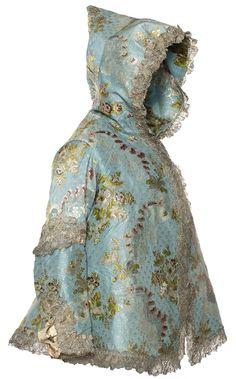 Veste à capuche, France, vers 1760-1770 Taffetas façonné, broché soie et filé argent, entre-deux et volants de dentelle argent