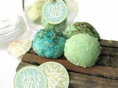 Make foot bath bombs with mint oil yourself- Make cooling bath bombs for refreshed feet yourself Diy Hanging Shelves, Floating Shelves Diy, Homemade Beauty, Diy Beauty, Beauty Tips, Belleza Diy, Diy Body Scrub, Homemade Cosmetics, Diy Christmas Gifts