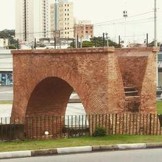 """""""Ponte Torta, Jundiaí, SP. A ponte em arco sobre o Rio Guapeva guarda um pouco da história das origens do transporte coletivo em Jundiaí. Entre finais do…"""""""
