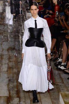 Christian Dior Resort 2019 Fashion Show Collection: See the complete Christian Dior Resort 2019 collection. Look 62 White Fashion, Curvy Fashion, Trendy Fashion, Womens Fashion, Dior Fashion, Runway Fashion, Fashion Dresses, Christian Dior, Mode Boho