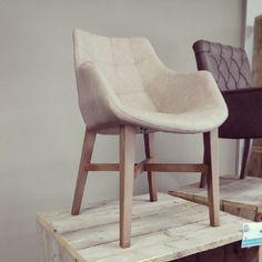 Stoel Natan met armleuning. Mooie trendy eetkamer stoel met grijze poot, armleuning en een vintage stof. Een stoel met erg veel comfort en een lust voor het oog.
