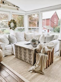 Looks so comfy...love the idea of large sectional with lots of pillows