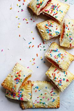 Homemade Pop Tarts Recipe- If you craved the originals as a kid you will love this amazing homemade version which is almost just as easy to make! Fun Desserts, Delicious Desserts, Dessert Recipes, Yummy Snacks, Strawberry Pop Tart, Brunch Recipes, Breakfast Recipes, Breakfast Kids, School Breakfast