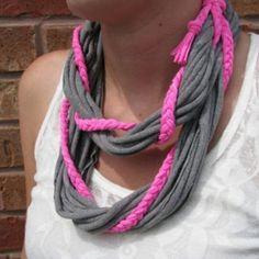 Un toque simple como enrollar una trenza alrededor de un collar de trapillo puede cambiar por completo este accesorio, haciéndolo más divertido.