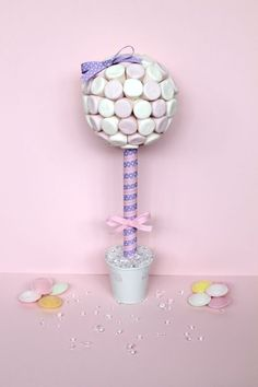 how to make a candy topiary tree Chocolate Tree, Chocolate Bouquet, Marshmallow Tree, Candy Trees, Sweet Carts, How To Make Marshmallows, Small Flower Pots, Topiary Trees, Candy Topiary