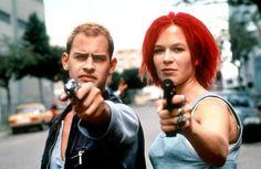 """Lola Rennt / Run Lola Run (1998)  Yaptığımız seçimler, kendi hayatımızı şekillendirirken başkalarının kaderlerine de dokunur ister istemez. Tesadüf denen şeyi yok sayar bu yaklaşım bir bakıma, kaderlerimizin birbirine bağlı olduğunu vurgular. """"Birinin şansı başkasının şanssızlığı olabilir mi?"""" diye soruyor ve cevabı izleyiciye bırakıyor film. Sevgilisini kurtarmak için 20 dk.sı olan saçlarının kızılına gurban olduğum Lola'nın üç farklı tercihini yansıtıyor ekrana. Yönetmen: Tom Tykwer."""