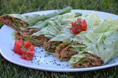 Salatwraps gefüllt mit getr. und frischen Tomaten, Walnüsse und ein Schuss Sojasauce