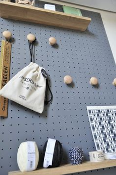 Pegboard express sur Maison Bichette Pegboard Craft Room, Painted Pegboard, Ikea Pegboard, Kitchen Pegboard, Studio Apartment Layout, Sewing Room Organization, Study Design, Craft Storage, Wall Storage