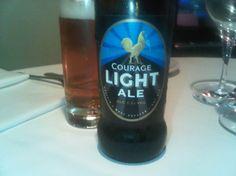 Cerveja Courage Light Ale, estilo Mild Ale, produzida por Wells & Youngs, Inglaterra. 3.2% ABV de álcool.