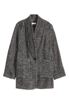Abrigo en mezcla de lana: Abrigo corto en mezcla suave de lana con estampado maxi de pata de gallo. Modelo de corte recto con cuello esmoquin y bolsillos parche. Sin forrar. Confeccionado con lana reciclada.