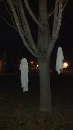 DIY Halloween decorations. Use styrofoam balls for these ghosts.