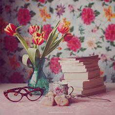 Livros, flores, chá... Cenário perfeito.   www.juliadavilalampe.com