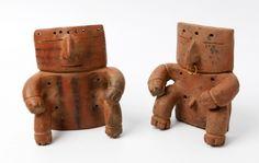 Lote: 35015812. Pareja de estatuillas de Quimbaya; Colombia, 400-1800 d.C. Cerámica, uno de ellos con nariguera de oro. Adjunta certificado de autenticidad emitido por Klaus Newmark (Medellín, 1981). Medidas: 16 x 14,5 cm y 15 x 14,5 cm.