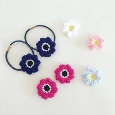【モリーの花】ぷっくり可愛い毛糸の花の編み方 Crochet Motifs, Crochet Doilies, Crochet Flowers, Head Accessories, Crochet Accessories, Crochet Baby, Knit Crochet, Wrist Warmers, Crochet Hair Styles