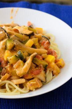 Das frische Gemüse mit einer selbst gemachten Tomaten-Sahnesauce verfeinert und mit Kräutern versehen - Lecker, schnell und vegetarisch auch für heiße Sommertage geeignet