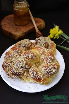 Mucenici Moldovenesti-Sfintisori Romanian Food, Pastry And Bakery, Sweet Bread, Caramel Apples, Baby Food Recipes, Sweets, Breads, Desserts, Chip Cookies