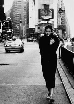 Liv Tyler by Peter Lindbergh. Black and white street photography. Peter Lindbergh, Urban Photography, Portrait Photography, Fashion Photography, 1990s Photography, Street Photography People, Famous Photography, Alone Photography, Urbane Fotografie