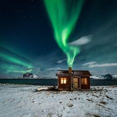 Nice place to have a hot beverage! Our friends @dreamchasersnorway bringing us fantastic photos! Photo by @vnlphotography  Please follow @dreamchasersnorway for more incredible captures!  #norway #northernlights #night #sky #snowy #cabin by traveling_the_blue_planet