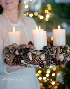 This could be an Advent wreath possibility. Christmas Advent Wreath, Christmas Mood, Noel Christmas, Christmas Crafts, Xmas, Christmas Wedding Decorations, Advent Candles, Natural Christmas, Diy Weihnachten