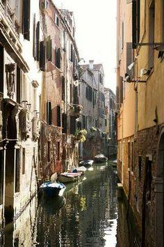 Blick auf engen Kanal, Venedig, Italien