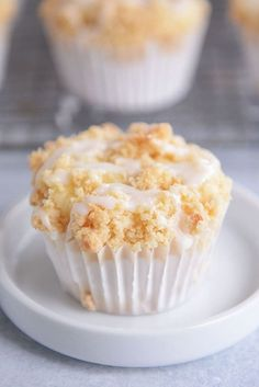 In these ultra-soft and tender lemon cream cheese crumb muffins, cream cheese is mixed right into the batter making the tastiest lemon muffin ever. And that crumb topping? It might surprise y Lemon Desserts, Lemon Recipes, No Bake Desserts, Just Desserts, Delicious Desserts, Cake Recipes, Dessert Recipes, Baking Desserts, Muffins Double Chocolat