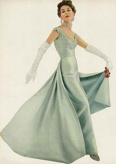 Nancy Berg November Vogue 1953 by Roger Prigent. Love the dress. Vintage Vogue, Vintage Glamour, Moda Vintage, Vintage Outfits, Vintage Gowns, Vintage Clothing, Vintage Bridal, 1950s Style, Vintage Style