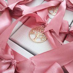 ΜΠΟΜΠΟΝΙΕΡΑ,ΓΑΜΟΥ,ΚΟΥΤΑΚΙ,ΜΕ,ΜΕΤΑΛΛΙΚΟ,ΔΕΝΤΡΟ,ΤΗΣ,ΖΩΗΣ,ΚΑΛΕΣΤΕ.2105157506 Girly, Gift Wrapping, Pink, Wedding, Decor, Lady Like, Gift Wrapping Paper, Casamento, Decoration