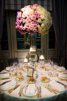 Ombré- effect high centerpiece for a glamourous wedding reception at St. Regis New York. Oceansong and Cool Water roses completed a color palette of blush, cream, lavender and pink. Photo: Andre Meier