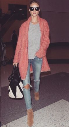 Who amde Rosie Huntington-Whiteley's gold jewelry, blue ripped jeans . Fashion Mode, Look Fashion, Winter Fashion, Fashion Trends, Fashion Beauty, Fashion Inspiration, Womens Fashion, Mode Outfits, Fall Outfits