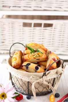 Financiers are dome-shaped French tea cakes (cookies) with the taste of almonds and caramelized butter, sounds rich right? Tea Cakes, Food Cakes, Tea Cake Cookies, Cake Recipes, Caramel, Almond, French, Baking, Gold