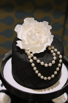 So chic! What a beautiful mothers day cake for those that don't like loud colors and a bunch of flowers!