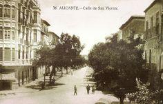 """Calle de San Vicente desde su arranque en Alfonso el Sabio. Vemos los raíles del tranvía, la Plaza de Toros al final y los eucaliptos en lugar de palmeras. Antiguamente era conocida como la """"Calle de los Árboles"""". Postal de Marimón"""