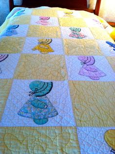 I Love this Sunbonnet Sue. Sunbonnet Sue Twin sized Vintage Quilt, Appliqued, embroidered and pieced Sunbonnet Sue, Quilt Baby, Antique Quilts, Vintage Quilts, Quilting Projects, Quilting Designs, Applique Quilt Patterns, Doily Patterns, Doll Quilt