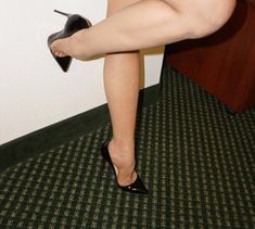 Sexy foot arch and toe cleavage Sexy Legs And Heels, Hot High Heels, Dress And Heels, Womens High Heels, Gorgeous Feet, Great Legs, Nice Legs, Beautiful Legs, Nylons Heels