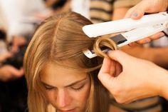 Aprenda como fazer cabelo ondulado com chapinha e de aquele toque especial em…
