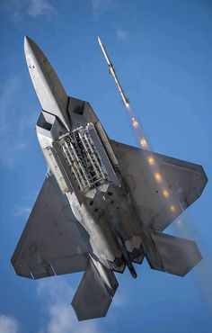 USAF Lockheed-Martin Raptor firing a missile. Military Jets, Military Weapons, Military Aircraft, Air Fighter, Fighter Jets, Air Force, Photo Avion, F22 Raptor, Aviation